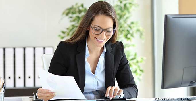 junge Frau macht Buchhaltung