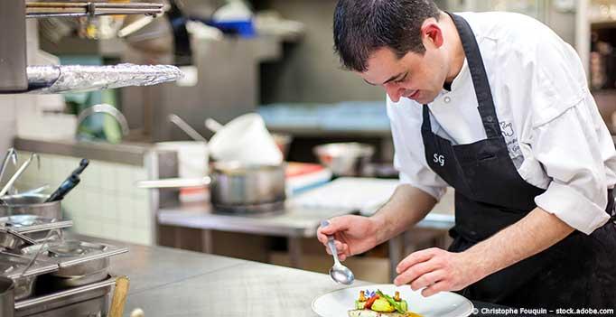 Küchenhilfe dekoriert Teller
