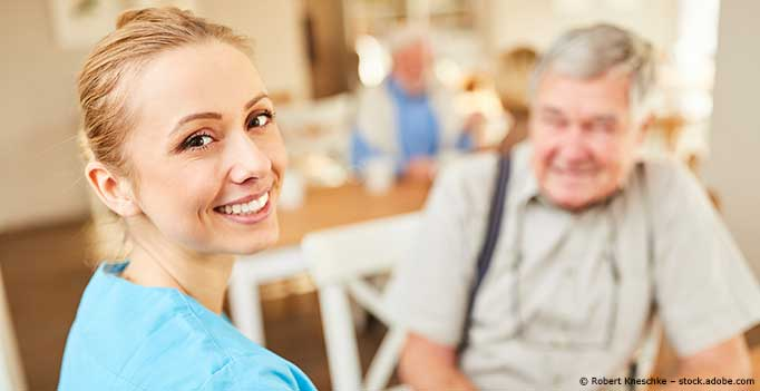 junge Pflegerin mit Senior